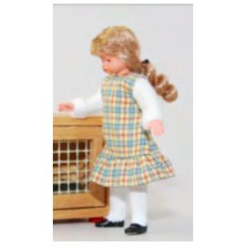 Mergaitė languotu sarafanu