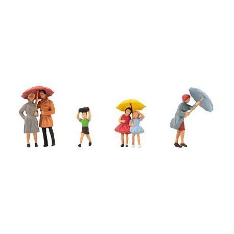 Žmonės su skėčiais