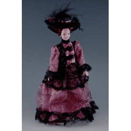 Ponia puošnia suknele ir skrybėle