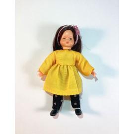 Mergaitė geltona suknele