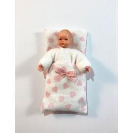Kūdikis rausvais drabužėliais