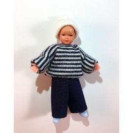 Berniukas dryžuotu megztiniu