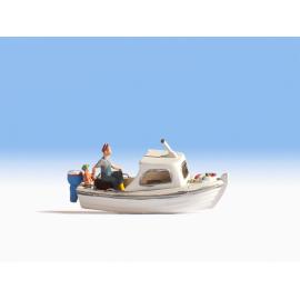 Žvejys motorinėje valtyje